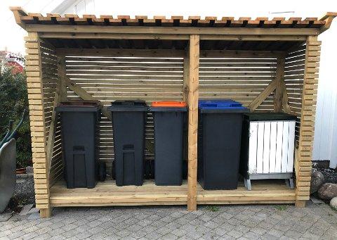 PÅ REKKE OG RAD: Slik ble søppelkassestativet når det var ferdig. Den ene stolpen er plassert slik at den ikke kommer foran en av kassene.
