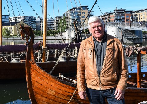 VIL IKKE FLYTTE: Skipene våre skal ikke være døde museumsgjenstander, men levende historieformidling, sier Einar Chr. Erlingsen i Oseberg Vikingarv. Her  står han foran vikingskipet Haakon Haakonsson som har kommet fra Bergen for å bli reparert av OVA's båtbyggere med spisskompetanse på vikingskip.