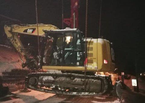 HEISES OPP: Her heises graveren opp med kran midt på natten, for å unngå å hindre trafikken.