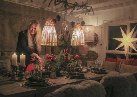 Husets hjerte: Er vi ute eller inne? Det er litt vanskelig å si, når Anne Berit har satt i gang dekortornadoen. – Vi elsker utestua og bruker den masse både sommer og vinter, sier hun.