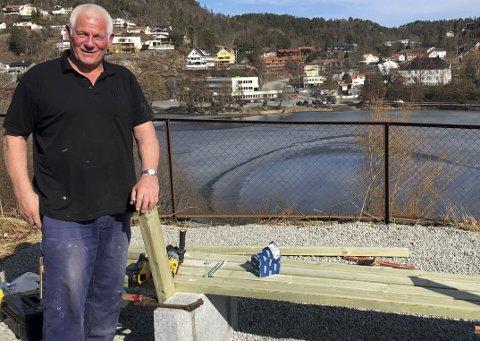 Energisk: Sven Steinsholm ruster opp ei hel tomt ved å rydde og lage benk for alle som har lyst til å sitte og se på utsikten. Foto: Anne Kristine Dehli