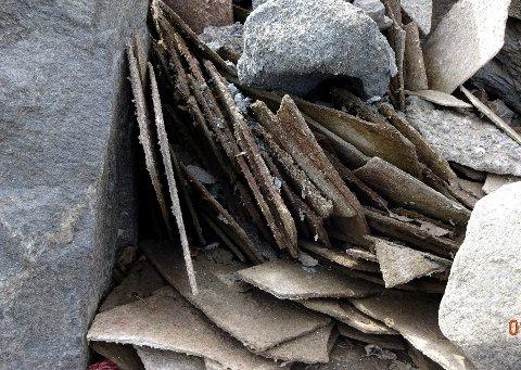 Asbest: Valdres kommunale renovasjon fjernet asbestholdige eternittplater som lå langs strandkanten i Strandefjorden på Fagernes.