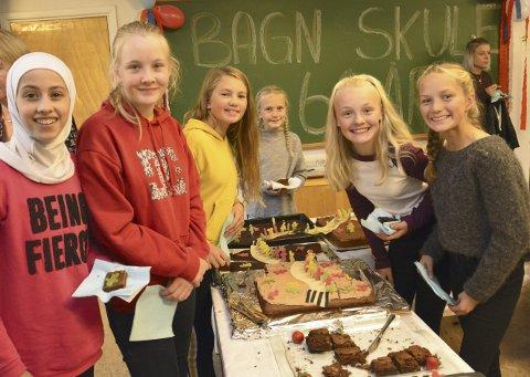 60-årsjubilantar i 7. klasse: F.v. ser vi Rahaf Jaddoun, Alina Madelen Moe, Elise Brekken, Nora Kvame Sørbøen, Hanna Emilie Kristensen og Hedda Kvame Sørbøen forsyne seg av jubileumskakene.