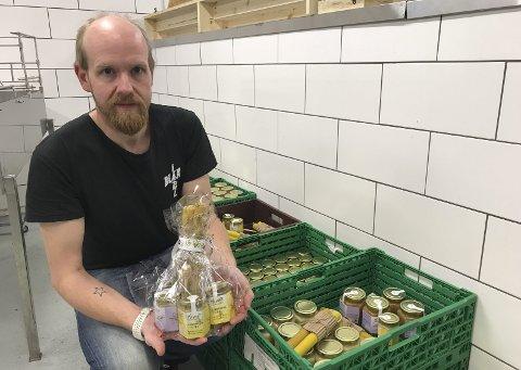 KVALITET: Erlend med «Leirskogsgull», som honningen fra Plassen Forsøksgård heter.