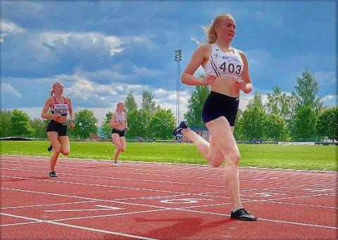 Flott pers: Sigrid Andrine Garvik (19) løp 200 meter på 26,42 på Lillehammer lørdag. i midten skimtes ei anna fagernesjente, Sunniva Fjeld.