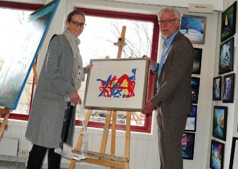 HENGER OPP: Marit Sirum-Eikre og Lars Andresen sørger for at det fylles på etter hvert som kunsten blir solgt.