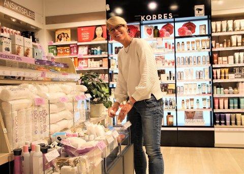 LETTET: Franchaisetaker Anette Hove hos Vita på Vestby Storsenter er glad for nyheten om at den konkursrammede Vita-kjeden har fått nye eiere slik at de fleste butikkene kan drives videre.