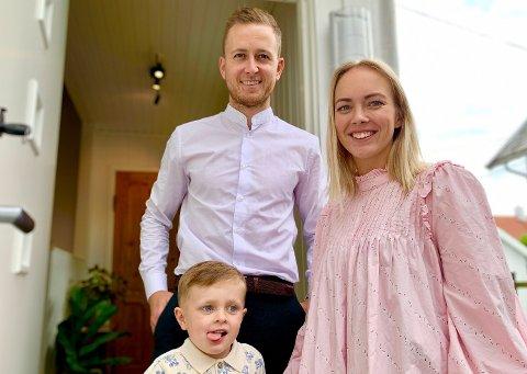 FORNØYDE: Eirik Hogstad og Malin Lindløv Hogstad er glade for å få mer å rutte med i forslag til statsbudsjett for 2021. Barnetrygden skal rett i sparefondet til Viljar (3).