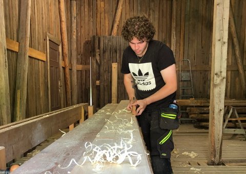 FERSK SVENN: Markus Klubnes (20) fra Hølen har nylig mottatt svennebrev som tømrer etter en lærlingtid med fokus på bygningsvern. Her avnildet under svenneprøven nylig.
