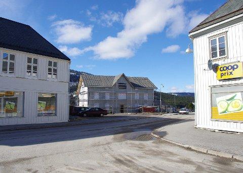 FOR FEM ÅR SIDEN: Oppussingen på Steia har pågått i flere år. For fem år siden så det slik ut. I dag fremstår Steien hotell i fordums prakt. Coop Oppdal som har Prix-butikken til høyre ønsker fremdeles å bygge ut for dagligvarehandel på Steimosletta. Arkivfoto: Tonje Hovensjø Løkken