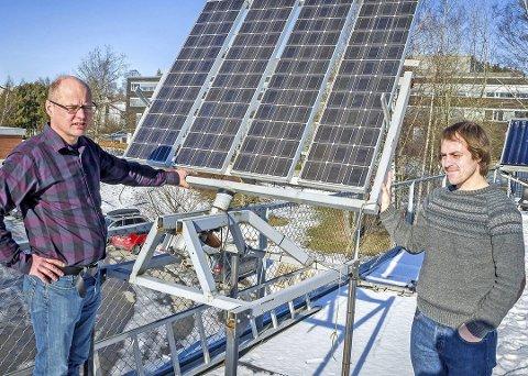 Tror på sola:  Espen Olsen og Amund Jacobsen jobber med å utvikle bedre solenergiteknologi på NMBU.