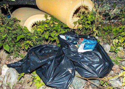 Noen har slengt fra seg søppel i skogen ved Kroerløypa.