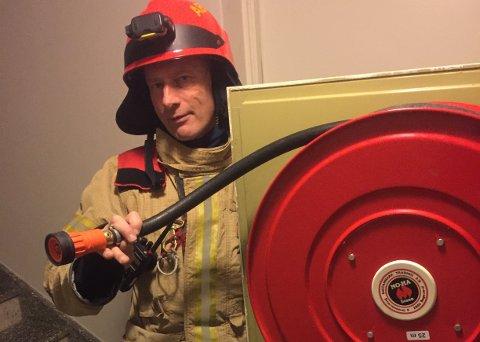 VIKTIG: Brannmester Gunnar Wiig forteller at naboer brukte leilighetens husbrannslange til å slukke kjøkken-brannen torsdag. – Det viser hvor viktig det er å ha slikt utstyr i orden, sier han.