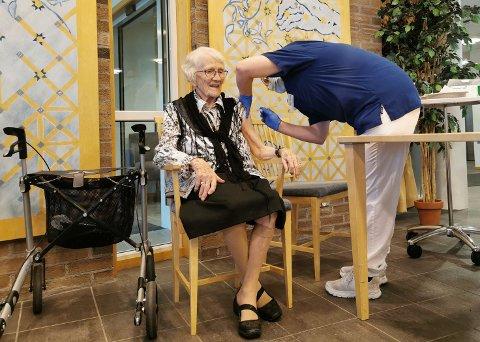 HISTORISK STIKK: Ingrid Lindland (100) ble den første til å bli koronavaksinert i Risør.
