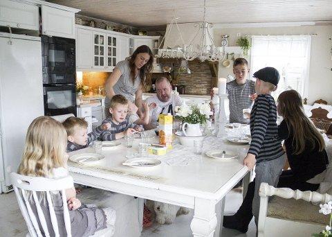 6 FRUKOST: Når alle 12 skal eta frukost samtidig, vert det liv og røyre i heimen.