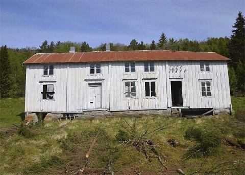 SKAL VEKK: Hovedbygningen på gården Korsvika i Hamarøy er blant byggene på eiendommen som skal rives, kanskje også brennes og deretter gjenoppbygges. Foto: Privat