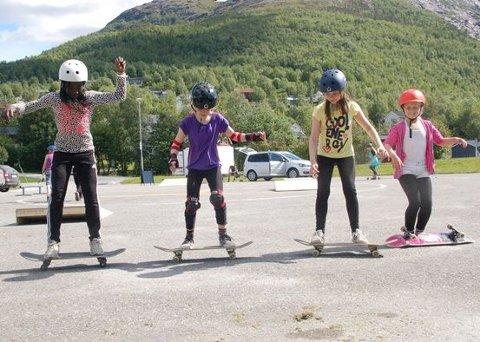 Friluftsskolen i Sørfold kommune innledes med kurs i skating på helikopterplassen ved Rådhuset.