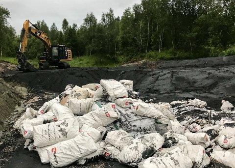 SEKKER MED SILICA: Disse sekkene med silicastøv lå på deponiet på Andkilen tidligere i uken. Miljøvernforbundet reagerer fordi sekkene ikke skal være nedbrytbare og var ikke dekket over av jord.