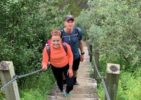 Anne-Marit og Fredrik (begge 26) går mot strømmen. De flytter ut av byen for å etablere seg.