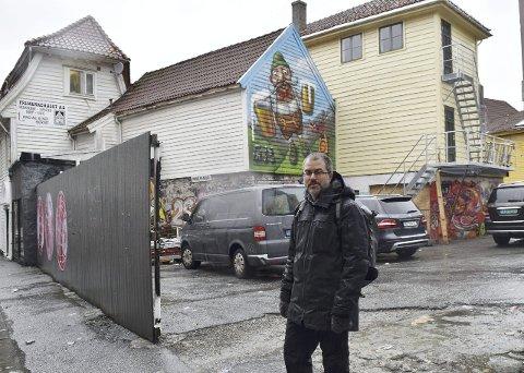 Kerim Nisancioglu i SV vil bebygge grå parkeringsplasser i Bergen, heller enn at man går løs på de grøntarealene som er igjen.