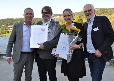 Linda Nilsen sammen med BAs ansvarlige redaktør Sigvald Sveinbjørnsson. Til venstre Amedias konsernsjef Are Stokstad og juryleder Stig Finslo til høyre.