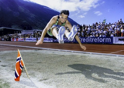 Her flyr Ketill Hanstveit inn til norsk rekord på 17,27 i NM i Byrkjelo i 1999. Rekorden står fortsatt. (Arkivfoto: BA)