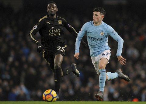 Manchester City og Phil Foden (t.h.) har en tøff bortekamp i Frankrike tirsdag kveld. City-manager Pep Guardiola har sagt at han vurderer å starte med Foden mot Lyon. (AP Photo/Rui Vieira)