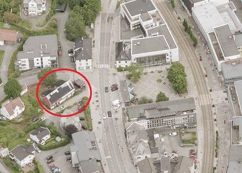 Det ble meldt om brann i bygningen til høyre, før den spredde seg til løen, ifølge brannvesenet.