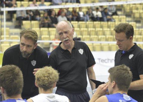 TIF Viking må vinne 3–1 eller 3–0 i bortekampen for å gå videre i CEV Cup. Det kan bli vanskelig, tror trener Ivar Bakken (i midten).