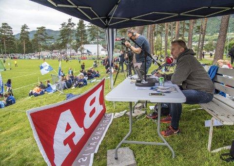 GLEDER SEG: BAs nyhetsredaktør, Rune Eriksen, gleder seg til årets Voss Cup. Her er han og fotograf Emil Weatherhead Breistein i sving i fjor.