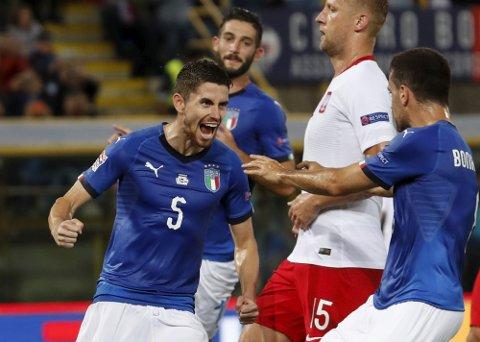 Jorginho jubler etter å ha scoret 1-1-målet til Italia på straffespark i kampen mot Polen fredag. (AP Photo/Antonio Calanni)