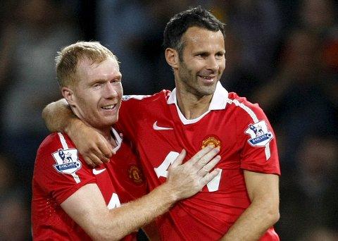 De to tiddligere Manchester United-stjernene Ryan Giggs (t.h.) og Paul Scholes er blant eierne i National League-klubben Salford.  (AP Photo/Tim Hales, File)