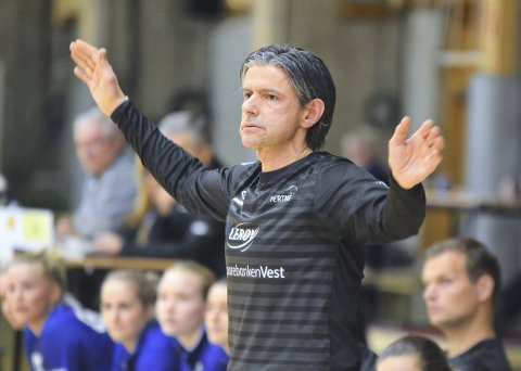 Tore Johannessen så på da Fana slo Larvik forrige uke. – Da så man noe nytt fra Fana, sier Tertnes-treneren. (Foto: Sindre Wiik)