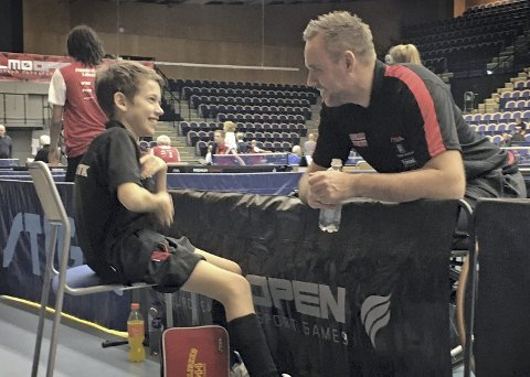 Tommy Urhaug fekk tips om at han burde få jetmotor på rullestolen sin for å rekka alle ballane fra sin «nye» 12-årige trenar, Krizander Magnussen.