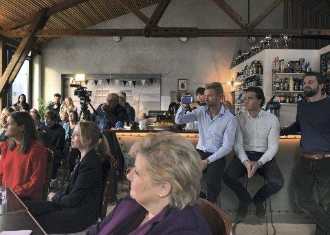 FØLGER MED: Martin Notøy og Henrik Sandal vil gjøre oppdrettsnæringen renere. Her følger de og Erna Solberg med på de andre deltakerne.