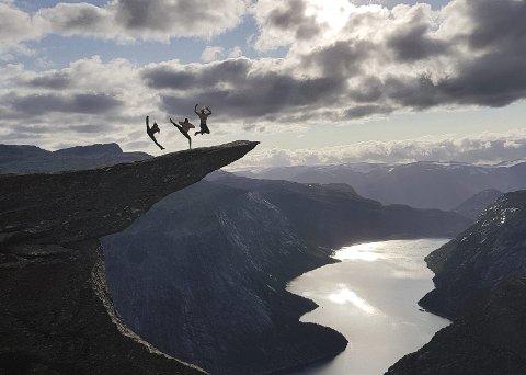 Spektakulært: Selv etter rundt 80–90 ganger til toppen av Trolltunga, mener Trond Olsen at utsikten er noe han fortsatt lar seg imponere av. – Jeg får enda den wow-følelsen når jeg når toppen, forteller den erfarne guiden fra Bergen. Foto: ALGIRDAS.Z/Trolltunga Active