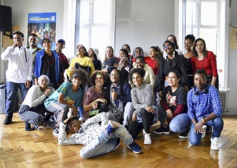 Et gruppebilde med barn og unge fra Fargespill og de åtte besøkende fra Brasil, via organisasjonen Kolibri CARF (Children at Risk Foundation), blir alt annet enn kjedelig. Smil, latter, sang og dans kommer naturlig.