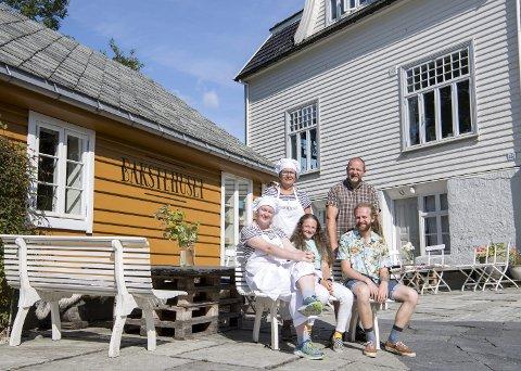 Ivar Magnussen og Mariann Kvarme, som er baker og konditor, kjøpte eiendommen på Ask i 2002. I 2013 sto Bakstehuset ferdig. Her er paret sammen med barna Marta (17), Maria (12) og Andreas (20), som har vokst opp med små og store arbeidsoppgaver i bakeriet. FOTO: ANDERS KJØLEN