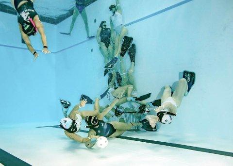 Spiller under vann: For å score må du få ballen oppi bøtta som står på bunn.