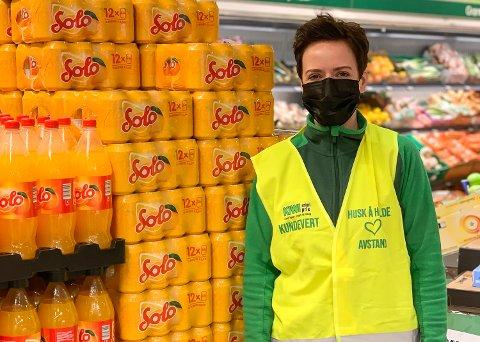 KORONAPÅSKE: Butikksjef Mette Gabrielli ved Kiwi Åmot sentrum forbereder butikken, de ansatte og kundene på nok en koronapåske, og ber om at storhandelen gjøres tidlig.