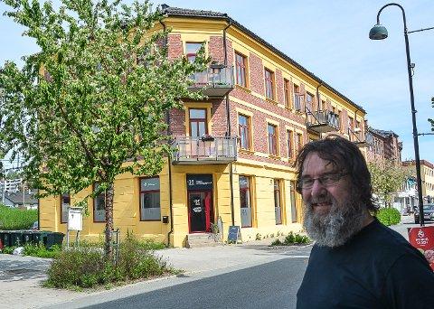 GRANGÅRDEN: Terje Bråtner (65) er stolt over arbeidet som er langt ned for å sette Grandgården i Vikersund tilbake i fordums prakt utvendig.