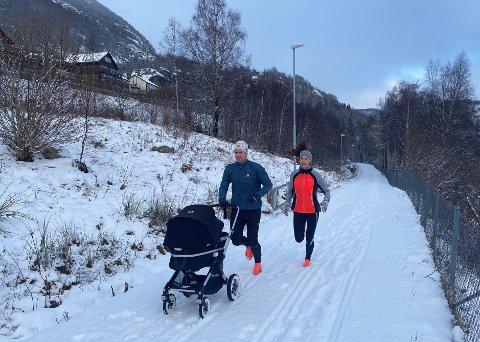 FAMILIETUR: Sånn kan det sjå ut når familien Sundvor Aarseth er på tur. I vogna søv tre månader gamle Vetle.