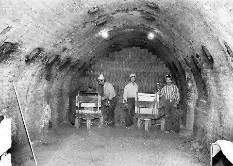 Trengte arbeidskraft: Arbeidsløse tyrkere kom til Norge for å få jobb  for femti år siden.  De tyrkiske arbeiderne kom den ene dagen og ble satt i arbeid i Høvik teglverk dagen etter. Her arbeider de inne i den store ovnen på teglverket på et arkivbilde fra 1973. Foto: DTARKIV
