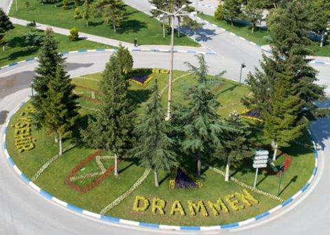 Denne gatepynten har kommet på plass i tyrkiske Beysehir. Drammen hylles med blomster midt i en av innfartsårene til byen.