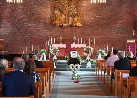 På grunn av korona-restriksjoner var det begrenset med plasser i kirken. Bare litt over 50 fikk være tilstede.