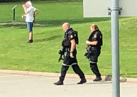 Forbipasserende ble stående og se på, da tungt væpnet politi dukket opp på Tranby søndag.