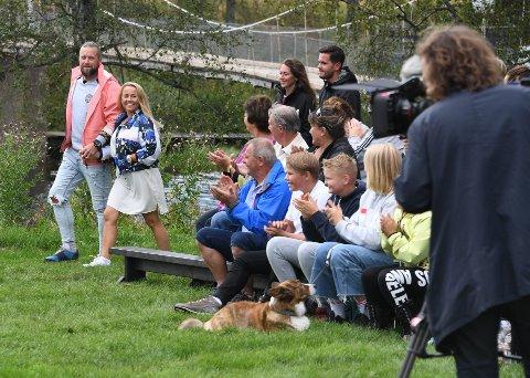 Sommerhytta har blitt et populært program på TV 2 og mange følger de fire parene som i løpet av ti uker skal innrede en hytte ved Lyseren i Ytre Enebakk. Her ser vi Jeanett Fjeldstad og Jerry Johansson ankomme programmets første ukesfinale.
