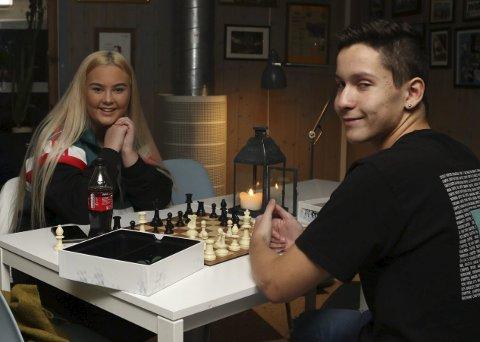 SPEL: Eline Fanevik og Daniel Michea Giil speler sjakk på Haffen.