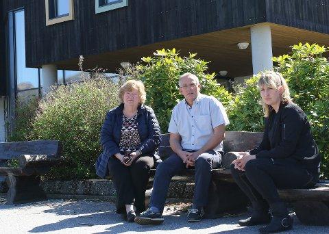 KREV PLASS: Inger Kvalsvik, Anders Slettevold og Ida Belinda Lillenes i Brandsøy grendalag foreslår eit tilbygg på sørsida som ei mogleg løysing på konflikten om den ombygde skulen.