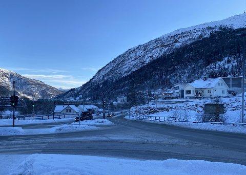 SMELL: To bilar krasja i Askvollkrysset i Førde måndag føremiddag. Bilane var kort tid seinare fjerna frå staden.